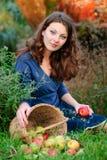 Mulher e colheita da maçã Fotos de Stock Royalty Free
