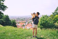 Mulher e criança no fundo da cidade de Ljubljana, Eslovênia Trave imagem de stock