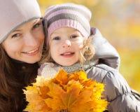 Mulher e criança no parque do outono Fotos de Stock Royalty Free