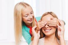 Mulher e criança que têm o divertimento Foto de Stock Royalty Free