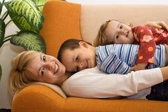 Mulher e crianças junto em casa foto de stock royalty free