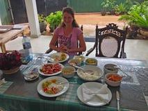 Mulher e culinária local e pratos de Sri Lanka fotografia de stock royalty free