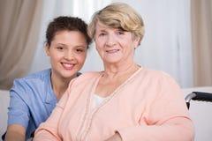 Mulher e enfermeira superiores dos jovens foto de stock royalty free