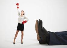 A mulher e equipa os pés Fotos de Stock