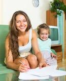Mulher e filha alegres Imagens de Stock Royalty Free