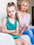 Mulher e filha pequena que têm a discussão Foto de Stock Royalty Free