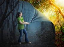 Mulher e floresta assustador foto de stock