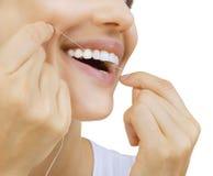 Mulher e floss dos dentes imagem de stock