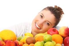 Mulher e frutos felizes fotografia de stock royalty free