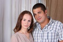 Mulher e homem caucasianos felizes na camisa Fotos de Stock Royalty Free