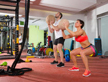 Mulher e homem do grupo do exercício da aptidão da bola de Crossfit Imagem de Stock