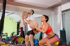 Mulher e homem do grupo do exercício da aptidão da bola de Crossfit foto de stock