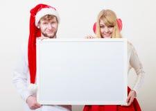 Mulher e homem dos pares com bandeira vazia Copie o espaço foto de stock royalty free