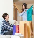 Mulher e homem felizes com roupa e sacos de compras Fotografia de Stock Royalty Free