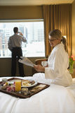 Mulher e homem no quarto de hotel Foto de Stock Royalty Free