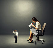 Mulher e homem pequeno com arma Imagens de Stock