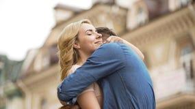 Mulher e homem que abraçam maciamente, relacionamento doce dos pares no amor, data imagens de stock royalty free