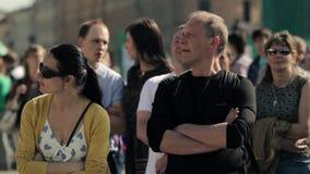 Mulher e homem que estão entre a multidão de povos no evento do verão vídeos de arquivo