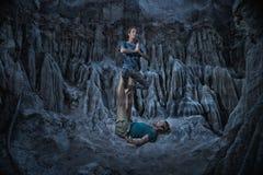Mulher e homem que fazem a ioga do acro Fotografia de Stock Royalty Free