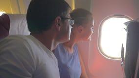 Mulher e homem que olham para fora a janela plana filme