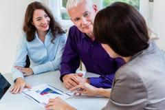 Mulher e homem superiores no planeamento financeiro da aposentadoria fotos de stock