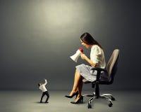 Mulher e homem surpreso pequeno Imagem de Stock
