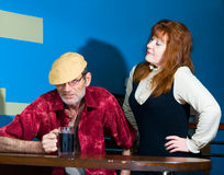 Mulher e homem vermelhos no tampão com caneca Fotografia de Stock Royalty Free