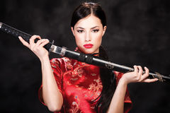 Mulher e katana/espada Imagens de Stock Royalty Free