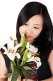 Mulher e lírio asiáticos Fotografia de Stock