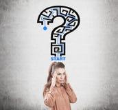 Mulher e labirinto forçados do ponto de interrogação Imagem de Stock
