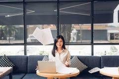 Mulher e laptop de negócio autônomo do estilo de vida tem o th Fotografia de Stock