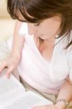 Mulher e livro bonitos Fotografia de Stock Royalty Free