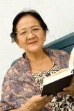 Mulher e livro sênior Fotografia de Stock Royalty Free