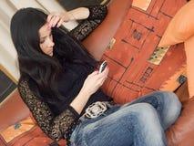 Mulher e móbil Fotos de Stock