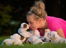 Mulher e maca dos cachorrinhos Fotografia de Stock