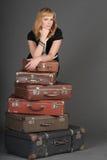 Mulher e malas de viagem velhas Fotografia de Stock