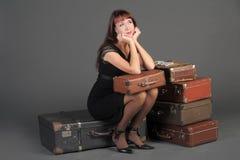 Mulher e malas de viagem velhas Fotos de Stock
