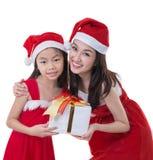 A mulher e a menina bonitas de Ásia vestem o traje de Papai Noel Fotografia de Stock Royalty Free