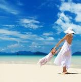 Mulher e menina na praia Fotografia de Stock