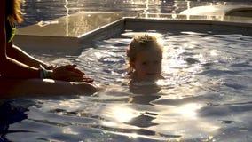 Mulher e menina que jogam na piscina filme