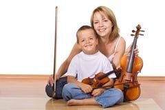 Mulher e menino com violinos Imagens de Stock