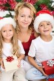Mulher e miúdos no tempo do Natal Fotografia de Stock Royalty Free