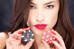 Mulher e microplaquetas de jogo Imagens de Stock Royalty Free