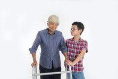 Mulher e neto superiores da avó com utilização de um caminhante durante fotografia de stock royalty free