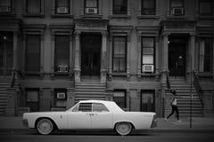 A mulher e o carro em Harlem imagens de stock royalty free