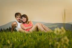 A mulher e o homem na grama Fotos de Stock Royalty Free