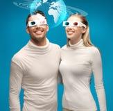 A mulher e o homem nos vidros 3d que olham o globo modelam Imagens de Stock Royalty Free