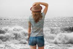 Mulher e o mar fotografia de stock