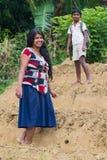 A mulher e o menino locais dos jovens estão na plantação de chá Foto de Stock Royalty Free