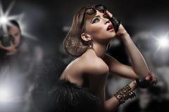 Mulher e paparazzi famosos Imagens de Stock
